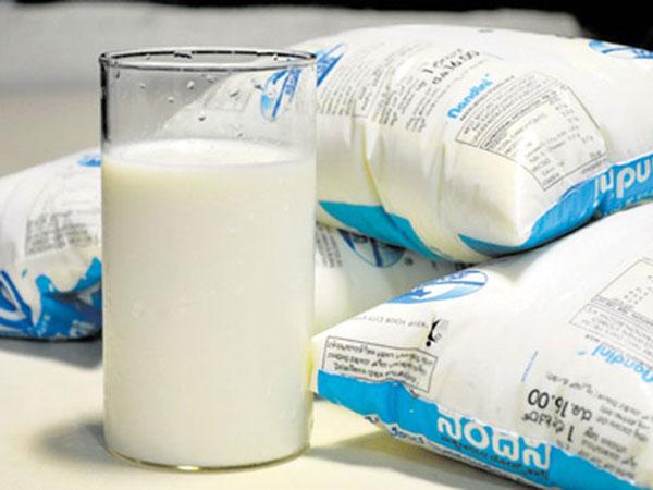 क्या आपको भी पैकेट वाला दूध गर्म करने की आदत है, जाने दूध उबालना चाहिए या नहीं