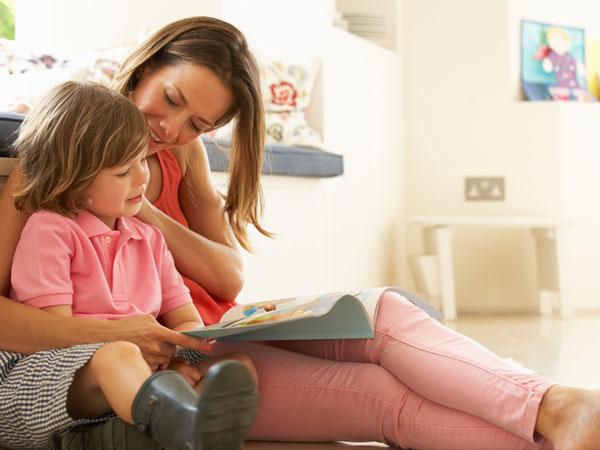 डिजिटल नहीं, प्रिंट किताबों से पढ़कर सुनाएं अपने बच्चों को कहानियां