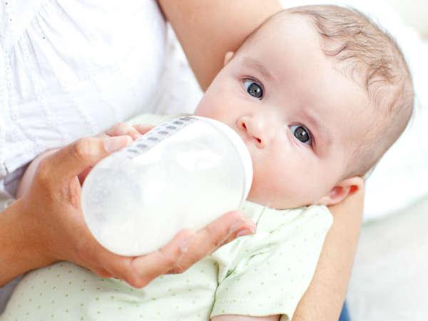 शिशु को बोतल से दूध पिलाने के भी होते है नुकसान, जानें कैसे करें फीड