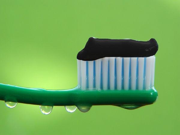 चारकोल टूथपेस्ट दांतों के लिये फ़ायदेमंद है या नुकसानदायक, जानिए यहां