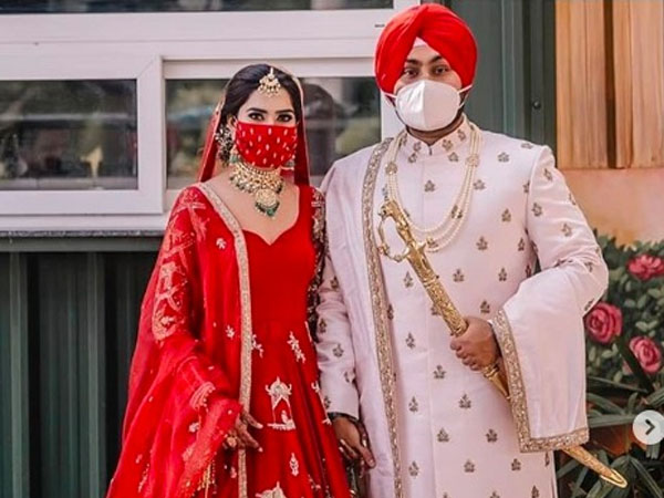 दुल्हन ने लहंगे के साथ पहना मैचिंग मास्क, लॉकडाउन में कपल ने की शादी