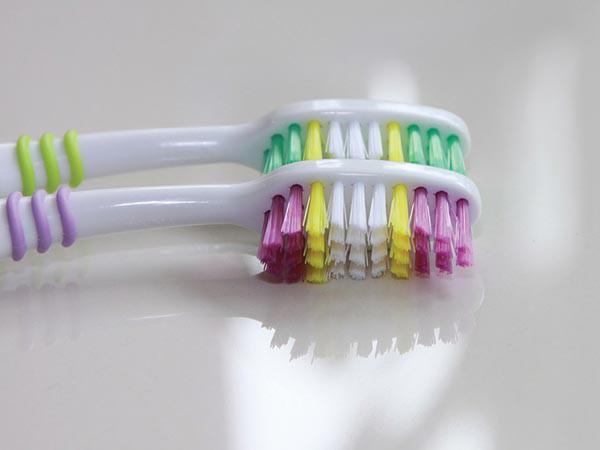टूथब्रश चुनते हुए रखें इन बातों का ध्यान, जानें दांत साफ करने का सही तरीका