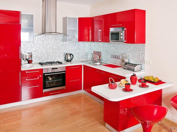 किचन की ऑयली और चिपचिपी टाइल्स को आसानी से चमकाएं