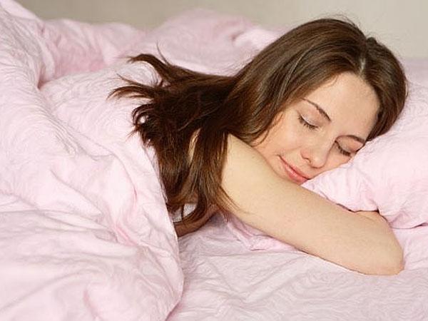 सोने के इस तरीके से स्किन पर हो सकता है गहरा नुकसान