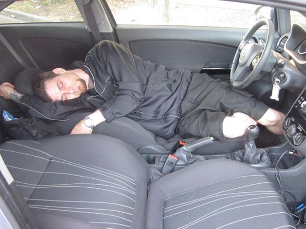 कार में रात भर AC में सोने से हो सकती है मौत, जानें सावधानी और खतरे के बारे में