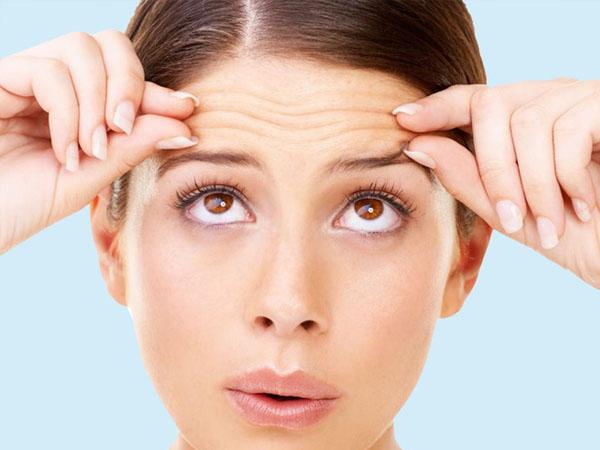 टाइट और ग्लोइंग स्किन के लिए रात को 2 मिनट नारियल तेल से करें चेहरे की मसाज