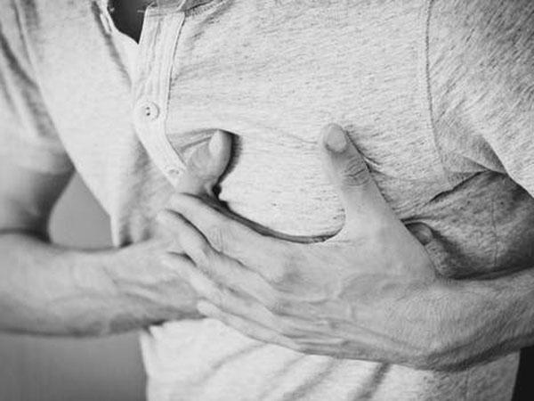 छाती में उठ रहें  दर्द का कारण हो सकता है गैस, जानें इसकी वजह और उपाय