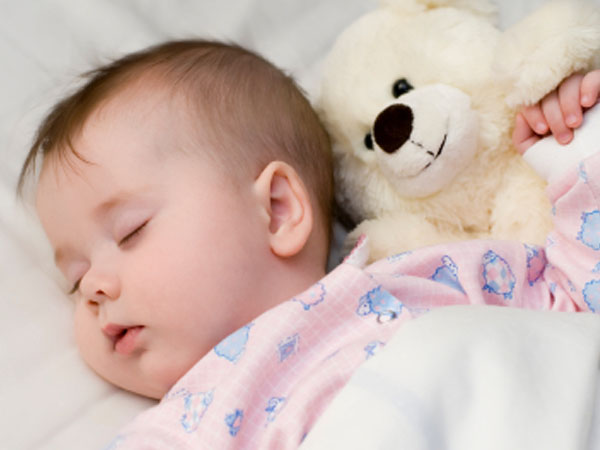 आपका आठ महीने का बच्चा ठीक से नहीं सो पाता, तो जानिए इसका कारण और उपचार