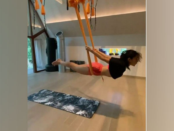सारा अली खान ने एरियल योगा करे हुए का वीडियो किया शेयर, जानें इसके फायदे