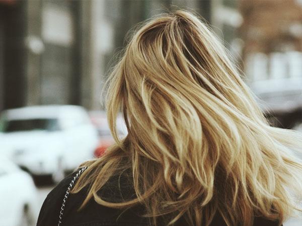 स्टाइलिश लुक के लिए बालों में कलर के लिए करते हैं ब्लीच का इस्तेमाल, जानें  इसके नुकसान