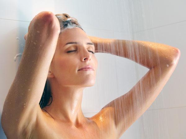 शरीर की थकान दूर करने और ग्लोइंग स्किन के लिए नहाने के पानी में इस्तेमाल करें ये चीजें