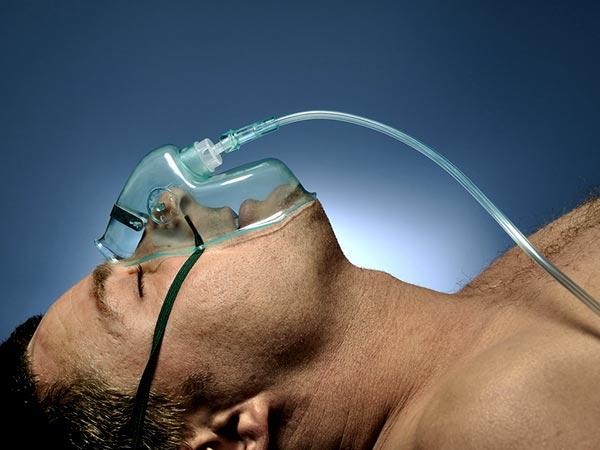 सिलेंडर से ज्यादा ऑक्सीजन लेना आपके फेफड़ों के लिए हो सकता है घातक, इन लक्षणों को न करें नजरअंदाज