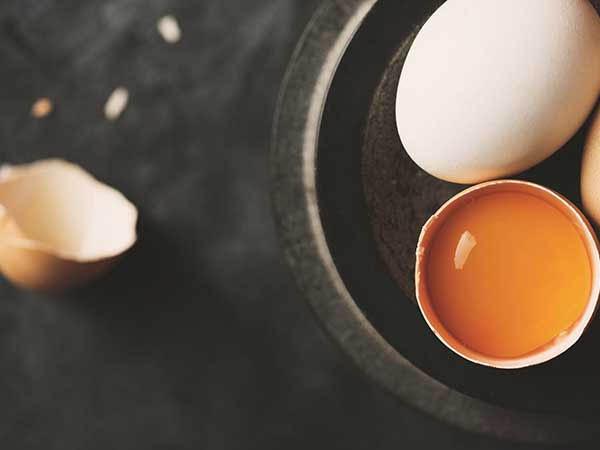 शाइनी और घने बालों के लिए शैंपू के साथ अंडे का करें इस्तेमाल, जानें सही तरीका और फायदे