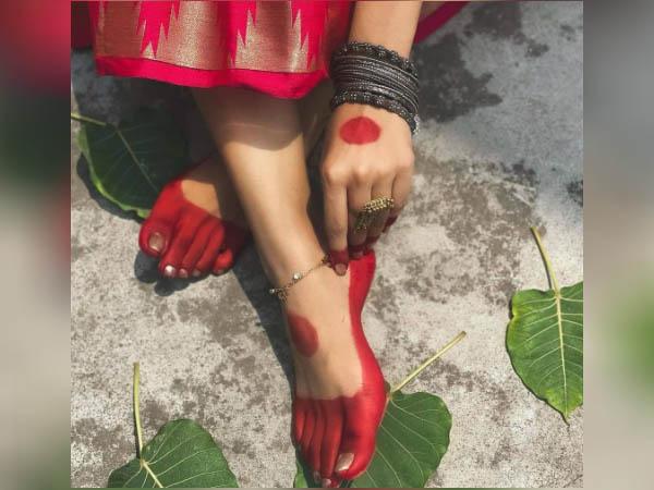 सावन में मेहंदी की जगह हाथ और पैरों में लगाएं आलता, देखें लेटेस्ट डिजाइन
