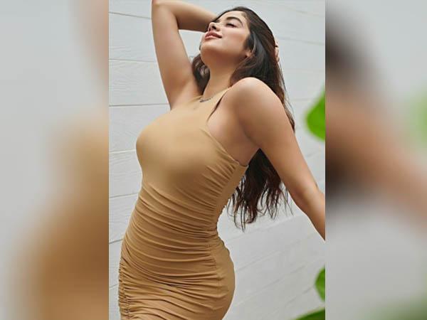 जाह्नवी कपूर ने टाइट फिटिंग ड्रेस में फ्लॉन्ट की पतली कमर, देखें बोल्ड अंदाज
