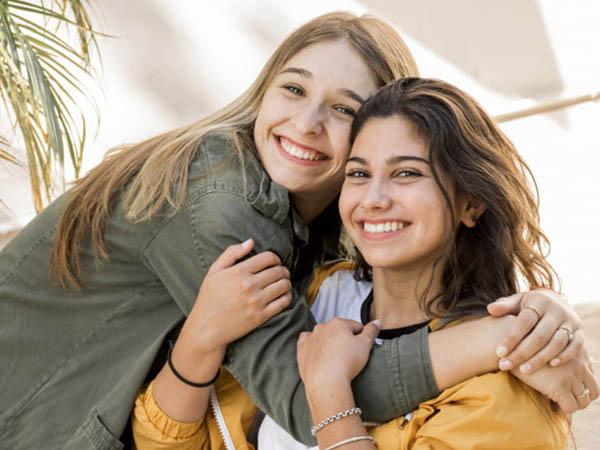 बहनों के आपसी रिश्ते की गहराई दर्शाता है सिस्टर्स डे, जानिए इसके बारे में