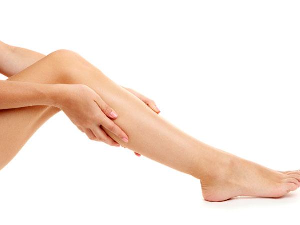 Calf Pain: बैठे-बैठे पिंडलियों में होने लगा है दर्द, इस अलार्मिंग साइन को न करें नजरअंदाज
