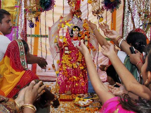 इस नवरात्रि पर चाहते हैं मां दुर्गा की विशेष कृपा तो जरुर जान लें नौ दिन के अनुसार शुभ रंग