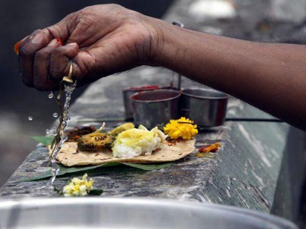 Tarpan Mantra in Hindi: पितरों की आत्मा की शांति के लिए तर्पण देते हुए इन मंत्रों का करें जाप