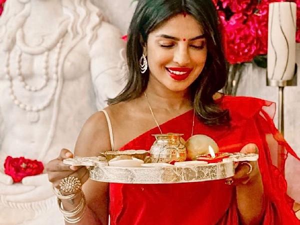 Karwa Chauth Makeup Tips: करवा चौथ पर खूबसूरत लुक के लिए ट्राई करें ये 5 मेकअप प्रोडक्ट