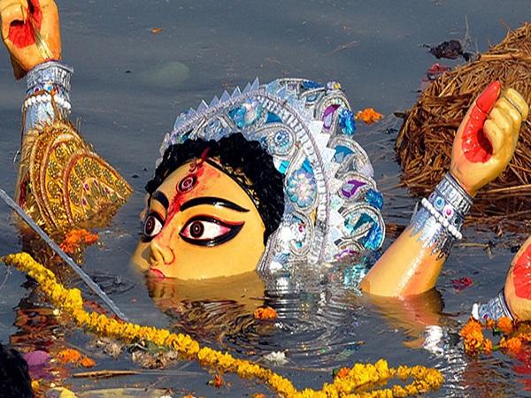 Durga Visarjan: धरती रूपी मायके से विदा लेकर अपने ससुराल कैलाश लौट जाती हैं देवी मां