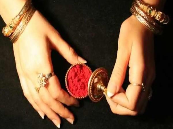 Karva Chauth: कहीं आप करवा चौथ पर नकली सिंदूर तो नहीं खरीद रहीं, ऐसे करें असली और नकली सिंदूर की पहचान