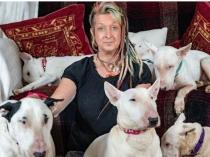 पालतू कुत्तों के लिए इस महिला ने पति को ही छोड़ दिया