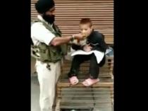 CRPF हवलदार का बच्चे को खाना खिलाते हुए का वीडियो हुआ वायरल