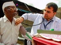 गांव-गांव घूमकर फ्री इलाज से इस डॉक्टर ने बचाई सैकड़ो जानें