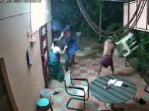 इस बूढ़े दंपति ने घर में घुसे चोरों को ऐसे मार-मार के खदेड़ा