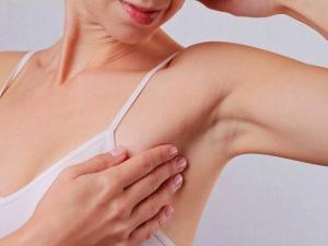 इन आसान तरीकों से हटाएं बांहों के नीचे की गांठ