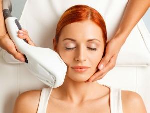 त्वचा का ढीलापन और झुर्रियों को कम करता है फोटो फेशियल