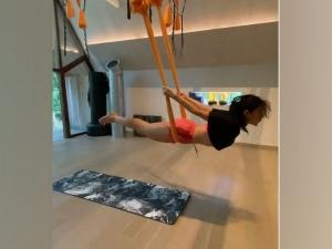 सारा ने एरियल योगा करते हुए वीडियो किया शेयर