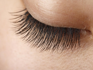 Mix These 3 Ingredients Apply On Your Lashes Before Going