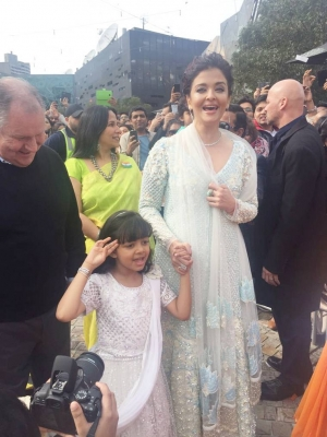 Aishwarya Rai Bachchan Daughter Aaradhya Hoist Indian Flag Melbourne