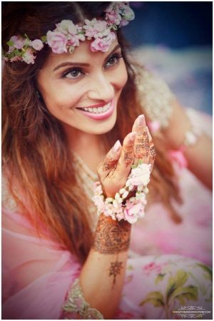 How Deck Up Mehendi Sangeet With Floral Jewellery