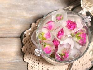 7 Ways Use Rosewater Lighten Under Eye Circles Hindi