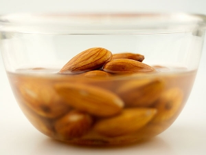 10 Health Benefits Of Eating Soaked Almonds In The Morning