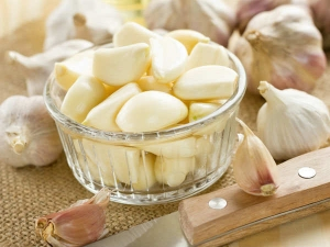 How Garlic Paste Can Burn Your Skin