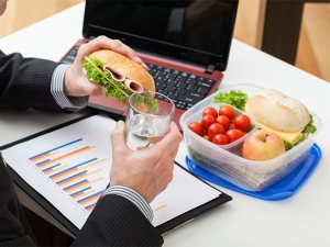 Reasons Why Eating Lunch At Your Desk Is Bad Idea