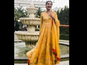 Sonam Kapoor Opts Traditional Indian Look Indonesia