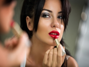 Follow These Tips To Avoid Smudgy Makeup Look