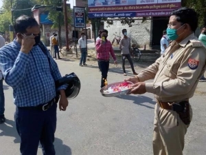 Kanpur Police Perform Aarti To Shame Lockdown Violators