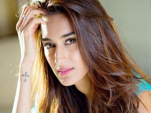 Erica Fernandes Shares How To Wash Your Face The Right Way