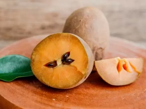 Benefits Of Chikoo Or Sapota For Skin And Hair In Hindi