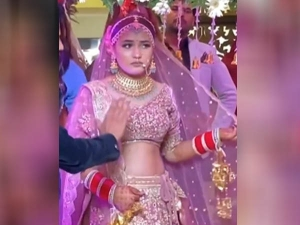 Bride Refuses To Enter Wedding Venue Until Her Favorite Entry Song Plays Video Goes Viral