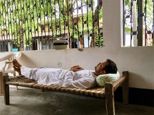 Health Benefits Of Sleeping On A Cot Or Charpai In Hindi