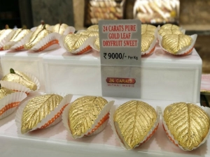 मिठाई पर 24 कैरेट सोने का बर्क, खाएंगे या दिखाएंगे!