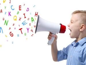 जानिए क्यों देरी से बोलते हैं बच्चे और पैरेंट्स किस तरह कर सकते हैं उनकी मदद