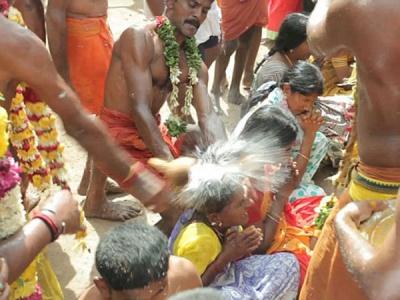 मन्नत पूरी हो इसलिए यहां पुजारी सिर पर फोड़ता है नारियल